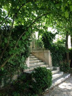 Escalier en pierre menant à la piscine extérieure chauffée #escalier #hotel #bourgogne