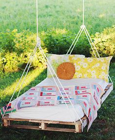 Spruce up your backyard on a budget with these cheap and easy DIY backyard ideas. From patio ideas to landscaping ideas, there are plenty of DIY projects to choose from that are guaranteed to work for big and small yards. Diy Outdoor Furniture, Diy Pallet Furniture, Furniture Ideas, Furniture Design, Outdoor Decor, Wooden Pallet Projects, Diy Projects, Project Ideas, Pallet Swing Beds
