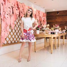 Faltava postar o look, né?? Sempre amei esse modelo de saia da Isolda, e quando vi essa estampa nova com o Guará (quase um primo do flamingo kkk), achei perfeita pra ocasião! Usei com blusinha básica e scarpin antigos no meu armário. Quem fez a make foi a @lauratorresmakeup, amiga querida  #ootd #isolda