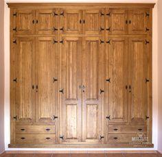 armario empotrado de puertas abatibles y altillo con cajones por fuera bisagras negras