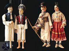 Zľava Škrhola, Trčko, Jánošík a Anička. Bábky zo zbierky A. Anderleho (Banská Bystrica). Archív diapozitívov Ústavu etnológie SAV. Foto H. Bakaljarová 1989.