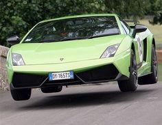 2013 LAMBORGHINI GALLARDO LP570-4 Todo lo que pueda hacer Ferrari, Lamborghini también e igual de bien, o eso parece. El Gallardo LP570-4 Superleggera (570 CV y tracción a las cuatro ruedas) marca el mismo tiempo en el crono del 0-100 km/h que el 458 Italia y el ZR1.
