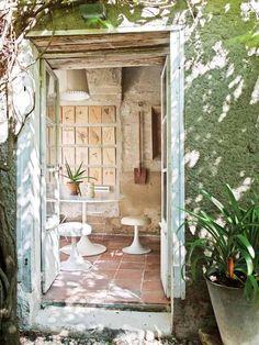 décoration champêtre, pierre de parement naturelle, dallage extérieur en terre cuite et plantes vertes