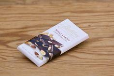 Whole Almond & Dark Chocolate von Butlers Chocolates. 100 Gramm Tafel dunkle Schokolade mit ganzen Mandeln. Die Firma Butlers wurde 1932 in Dublin gegründet und ist ein Schokoladenhersteller, der für die Qualität seiner Produkte bekannt ist und dafür mit zahlreichen Auszeichnungen belohnt wurde.