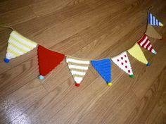 すべて毛糸で編んだ、フラッグガーランドです♡こちらはフィンランドをイメージしてつくりました…♪とんがりのポンポンもポイントでかわいいです&hel...|ハンドメイド、手作り、手仕事品の通販・販売・購入ならCreema。