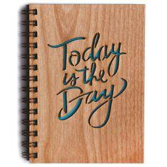 Hoy es el día  Detalles del producto -Revista hermosa cubierta de madera artesanal / montado -Cubierta 5.25 x 7,25 (páginas de 5 x 7) -80 páginas en blanco (papel de 24 libras) -Cubierta es láser de corte en madera certificada, sustentable (1/8 de grosor) -Contraportada es vinilo Marina -Diseñado y elaborado en sur de California