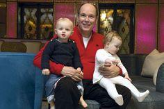 S.A.S. Le prince Albert et ses enfants dans la partie disco de la piscine.