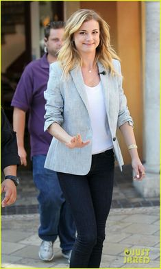 Emily VanCamp: 'Revenge' Renewed for Second Season!: Photo Emily VanCamp smiles and waves for the cameras as she gets ready to film a segment for Extra on Wednesday (May at The Grove in Los Angeles. The Resident Tv Show, Jennifer Lawrence Quotes, Revenge Tv, Amanda Clarke, Revenge Fashion, Emily Thorne, Sharon Carter, Emily Kinney, Emily Vancamp