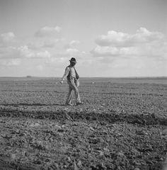 Artur Pastor foi um fotografo português que correu o país a retratar o dia a dia dos portugueses.  Fotos maravilhosas!                 ...