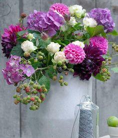 Ein spätherbstlicher Blumenstrauß, der uns in Modulationen von Lilatönen, die kalten Tage versüßt.