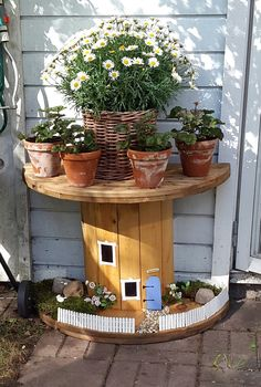 Cute Idea for your garden Garden Yard Ideas, Garden Projects, Garden Pots, Cable Reel Ideas Garden, Cable Drum Table, Dinosaur Garden, Wood Spool, Backyard Games, Yard Landscaping