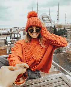 * 10 colorful jumpers to beat the winter blues (colorful jumpers) - Outfit.GQ * 10 colorful jumpers to beat the winter blues (colorful jumpers) Record of Knitting. Fall Winter Outfits, Autumn Winter Fashion, Winter Hats, Winter Dresses, Winter Wear, Autumn Cozy Outfit, Winter Clothes, Fashion Fall, Autumn Aesthetic Fashion