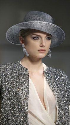 I have always thought of hats only being worn during the day but this looks gorgeous and it. Glamour, Grey Fashion, Womens Fashion, Maxi Robes, Church Hats, Wearing A Hat, Love Hat, Turbans, Ascot