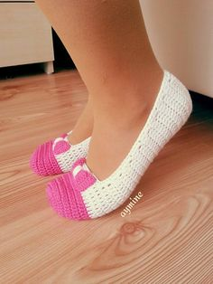 Part In this tutorial I show you how to crochet a pair of slippers. These slippers are easy to make and can be made by an advanced beginner. Crochet Crafts, Crochet Doilies, Easy Crochet, Crochet Stitches, Crochet Baby, Crochet Projects, Knit Crochet, Crochet Boots, Crochet Clothes