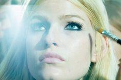 Ojos delineados con Kohl y actitud rock para Versace.