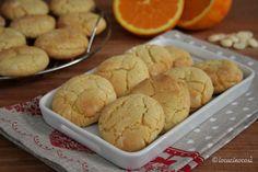 I crinkle cookies al cioccolato bianco e arancia sono dei biscotti screpolati morbidi all'interno e con una crosticina leggermente croccante.