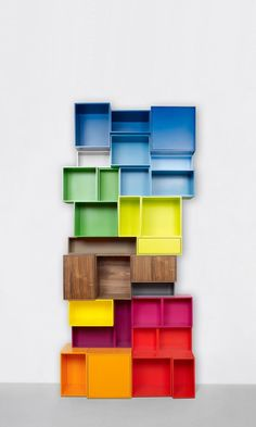 Sculptural multi-cloured bookshelf / Skulpturales Bücherregal bunt
