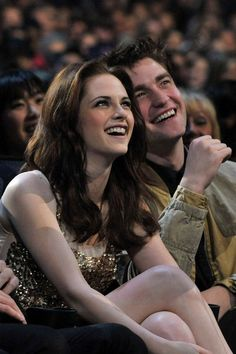 Kristen Stewart turns 23 today, and we are celebrating by looking back at her sweetest moments with boyfriend Robert Pattinson. Kristen and Robert reunited Interracial Celebrity Couples, Korean Celebrity Couples, Celebrity Couple Costumes, Celebrity Photos, Celebrity News, Saga Twilight, Twilight Edward, Twilight Movie, Kristen And Robert