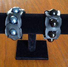 Armbanden van fietsband en kralen.