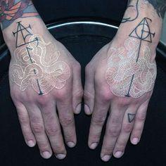 Une sélection des magnifiques tatouages de l'artiste italienMirko Sata, qui entremêle des serpents dans des compositions complexes et délicates, grâce à