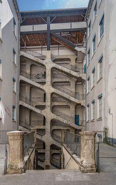 Escaliers de la Cour des Voraces - Traboule du 9 rue Diderot au 29 rue Imbert Colomes ou au 14 Montée Saint Sébastien - Lyon 1er