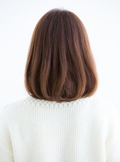 大人可愛いボブ人気NO1スタイルです。やや長めのミディアムよりのボブになります。毛先に大き目のワンカールパーマをかけ、自然なボリュームと丸みのあるシルエットがポイントです。カラーリングは、8トーンのアッシュベージュで柔らかな印象にしています。大人目ボブなら、このスタイルが一押しです。こちらのスタイルが気になる方は、是非気軽に相談して下さい。