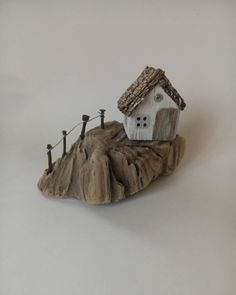 No photo description available. Painted Driftwood, Driftwood Crafts, Driftwood Fish, Beach Crafts, Fun Crafts, Diy And Crafts, Ceramic Houses, Wood Houses, Architectural Sculpture