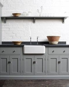 Gray kitchens are so classic, add white walls and black kitchen countertops and you have a timeless kitchen. Lots more black kitchen countertop ideas here & Source by decoratedlifer The post The Many Advantages of Black Kitchen Countertops Home Decor Kitchen, Rustic Kitchen, Kitchen Furniture, New Kitchen, Kitchen Ideas, Black And Grey Kitchen, Loft Kitchen, Shaker Kitchen, Cheap Furniture