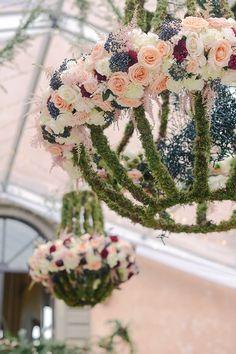 Einzigartiger Kronleuchter aus frischen Blumen!
