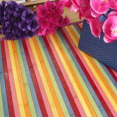 Un chute de arcoiris en esta preciosa alfombra de bambú de colores.
