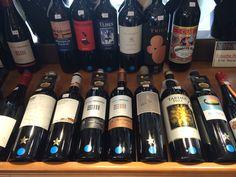 Esos son algunos vinos tintos de Alicante. Cuando estaba hablando con la dueña me dijo que los tintos normalmente son bebido con carne y los vinos blancos son bebido con pescados.