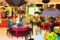 Inusitados, os in�meros guarda-chuvas s�o a sensa��o da festa