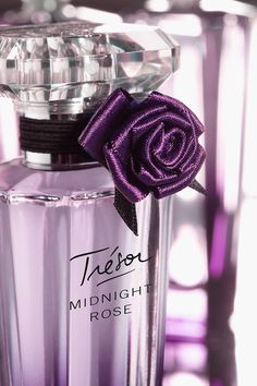 With inspiration straight from the cobblestone streets of Paris, Trésor Midnight Rose embodies a mischievous sense of femininity.