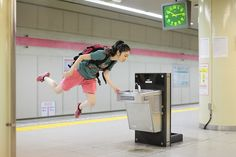I want to think of some way to use this in a lesson plan. Natsumi Hayashi is a sweet Japanese girl who takes pictures of herself levitating around Tokyo. This japanese photographer floats through Tokyo without touching her feet to the ground. Effects Photoshop, No Photoshop, Levitation Photography, Fashion Photography, Photography Styles, Surrealism Photography, Figure Photography, Fantasy Photography, Inspiring Photography