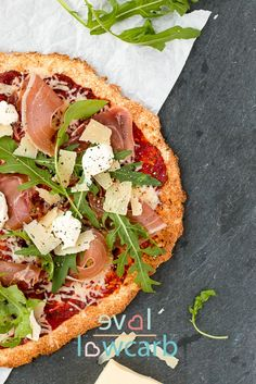 "Low Carb Pizza – mit ""echtem"" Teig, nicht aus Gemüse, Quark oder Thunfisch Low carb pizza – with ""real"" dough, not made from vegetables, curd cheese or tuna Ketogenic Recipes, Low Carb Recipes, Healthy Recipes, Paleo Pizza, Lowcarb Pizza, Keto Vegan, Healthy Protein Snacks, Low Carb Veggies, Dieta Paleo"