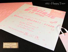Convite de debutante Happy Teen. Envelope em papel Metalics com impressão silk screen rosa epoxi. Convite em papel Aspen 250gr e impressão silk screen rosa epoxi. Tag com nome do convidado preso com uma fita de cetim branca.
