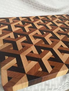 This cutting board has the complex I've ever made. It's functional and beautiful, giving the illusion of interlocking cubes. The cut surface is end grain-not-face-grain like many cutting board End Grain Cutting Board, Diy Cutting Board, Wood Cutting Boards, Chopping Boards, Woodworking Projects Diy, Woodworking Plans, Wood Projects, Unique Woodworking, Woodworking Magazines