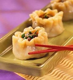 Recipe for Beef Steamed Dumplings Shu Mai - Serve these savory beef and vegetable bundles at your next event or make for the family for an Asian themed dinner they'll be a huge hit! From: What 2 Cook, please visit New Years Appetizers, Appetizers For Party, Appetizer Recipes, Chinese Appetizers, Dumpling Recipe, Tapas, Asian Recipes, Beef Recipes, Gastronomia