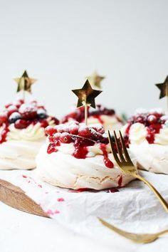 Mini pavlova with red fruit The perfect Christmas dessert Mini Pavlova, Fall Desserts, Christmas Desserts, Just Desserts, Christmas Pavlova, Xmas Food, Ice Cream Recipes, Love Food, Sweet Recipes