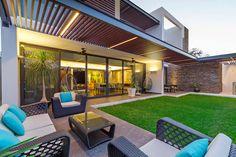 Casa Manantiales: Terrazas de estilo por Enrique Cabrera Arquitecto Small Backyard Pools, Swimming Pools Backyard, Backyard Pergola, Cool House Designs, Modern House Design, Extension Veranda, Fireplace Lighting, Design Exterior, Pergola Designs