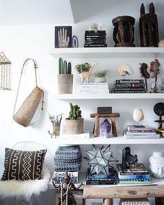 As cestas são conhecidasna horade organizar, mas porque não usamos algo simples, bonito e barato nas paredes também? Cestas são democráticas, algumas podem ser caras, mas na maioria das vezes você pode encontrá-las por um ótimo preço em cestarias especializadas e em lojas de artesanato.