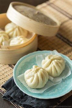 (Steamed Pork Buns) Calling all dim sum fans! Get your Chinese comfort food fix with some homemade steamed pork buns.Calling all dim sum fans! Get your Chinese comfort food fix with some homemade steamed pork buns. Easy Japanese Recipes, Japanese Dishes, Pork Recipe Japanese, Japanese Steamed Buns, Japanese Buns, Pork Recipes, Asian Recipes, Cooking Recipes, Chinese Recipes