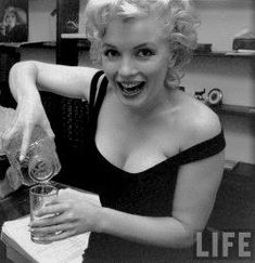 Hello and Welcome to the Marilyn Monroe Fan Site. Take a peek through the fine collection of Marilyn Monroe videos, photographs and gifs. Marylin Monroe, Style Marilyn Monroe, Marilyn Monroe Photos, Mariah Carey, Classic Hollywood, Old Hollywood, Hollywood Icons, Viejo Hollywood, Le Piano