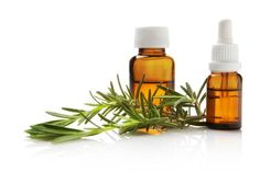 Agrega 1 gotita de aceite de romero a tu cantidad normal de shampoo y lávalo diariamente. Esto lo fortalecerá y ayudará a su crecimiento.