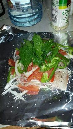 Filete empapelado -2 filetes de pescado o tilapia -Cebolla filetiada -Jitomate fileteado -Chile morron o jalapeño filefeado -una ramita de epazote -cucharita de mantequilla -sal de ajo y pimienta al gusto Los pones en papel aluminio ,le pones la verdura ,la mantequilla ,la sal y pimienta... lo embuelves y los pones en una bandeja.. los metes al horno precalentado a 300° y los dejas 1 hora aproximadamente o asta que esten cosidos los pescados... tambien puedes pomer los paquetes de pescado en…