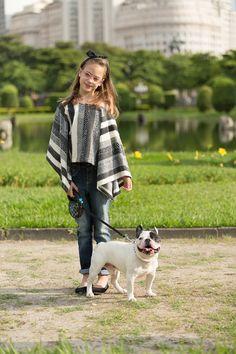poncho malha tricot patch; calça jeans plissada; sapatilha veludo com strass