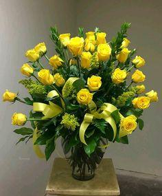 Photo Church Flower Arrangements, Rose Arrangements, Church Flowers, Funeral Flowers, Yellow Rose Bouquet, Rose Wedding Bouquet, Yellow Flowers, Elegant Flowers, Pretty Flowers