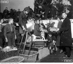 Rozdawanie zabawek dzieciom z ubogich rodzin w przeddzień Wigilii 1923 r. / Fot. Narodowe Archiwum Cyfrowe