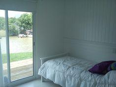 ESTUDIO 2424 ARQUITECTURA. Casa en MADERA, interior dormitorio - Isla del Este, Argentina.