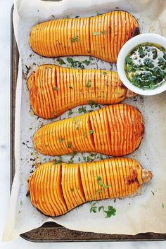 Easy hasselbak-style oven roasted butternut squash - Here is an original recipe for butternut squash roasted in the oven: hasselback! Simple and easy to - Clean Recipes, Veggie Recipes, Healthy Dinner Recipes, Vegetarian Recipes, Cooking Recipes, Oven Roasted Butternut Squash, No Salt Recipes, Batch Cooking, Winter Food